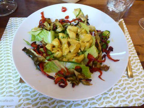 Poulet au curry vert sur tagliatelles de courgettes et poivrons