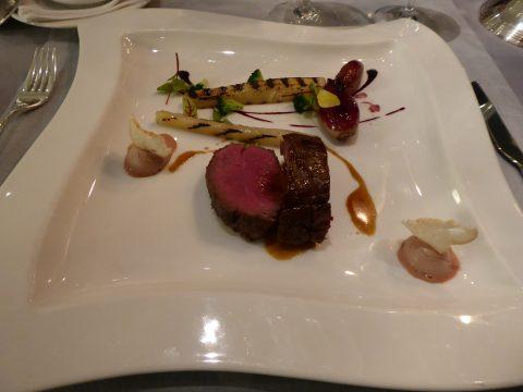 Médaillon de filet de bison à la scorsonère, échalote et hémisphère de foie gras d'oie