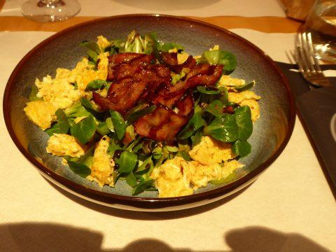 Salade de doucette, oeufs et lardons
