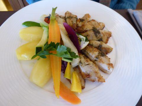 Filets de perches meunière, pommes natures, légumes
