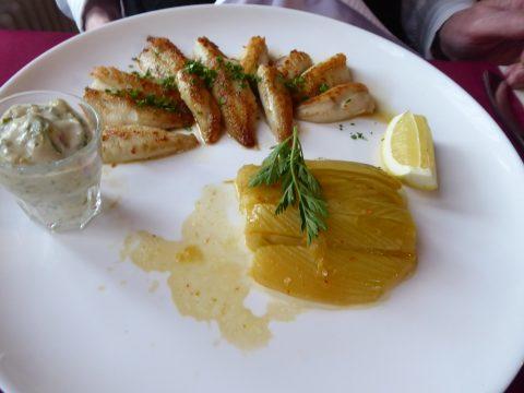 Filets de perches meunière, sauce tartare, frites et légume