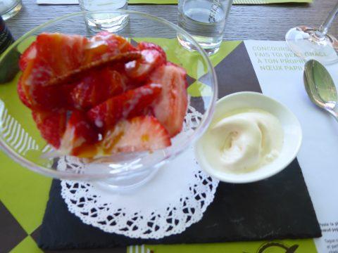 Coupe de fraise du Valais, coulis mangue, glace au lait concentré