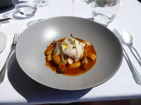 St-Pierre braisé «4 quarts» poudré à la tapenade, jus de tomates rôties au basilic et citron, tortellini «Bouillabaisse»