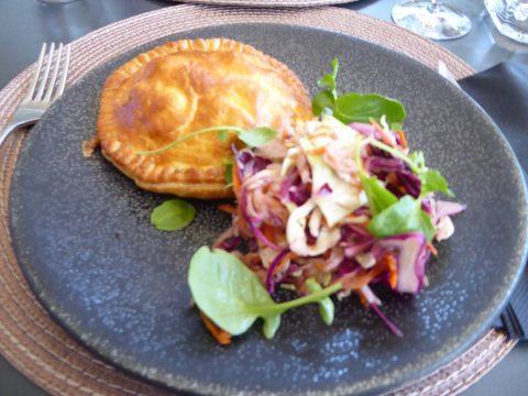 Restaurant Taverna, Tafers : Boeuf effiloché en pâte feuilletée, salade de choux, carottes, oignon de printemps, radis