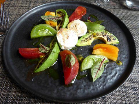 Tomates de Bremblens, mozzarella di Buffala, avocat brûlé et fruits de la passion