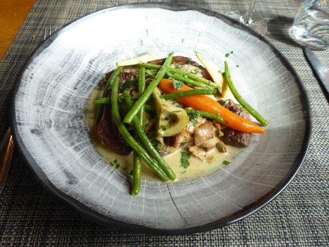 Onglet de veau suisse aux chanterelles, mini-légumes et linguine
