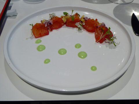 Sashimi de saumon à la betterave rouge, mayonnaise au wasabi, brunoise de mangue