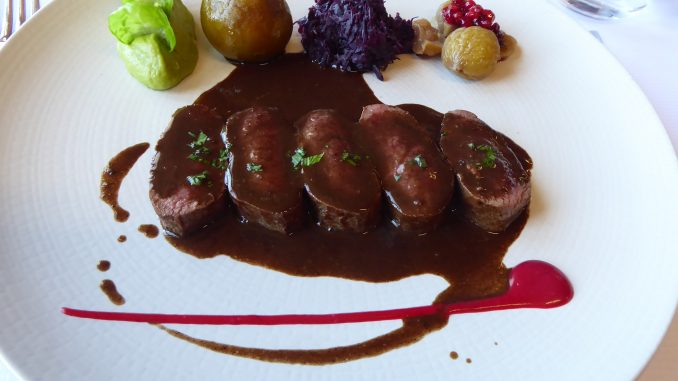 Filet de chevreuil poêlé, sauce poivrade, garniture de chasse