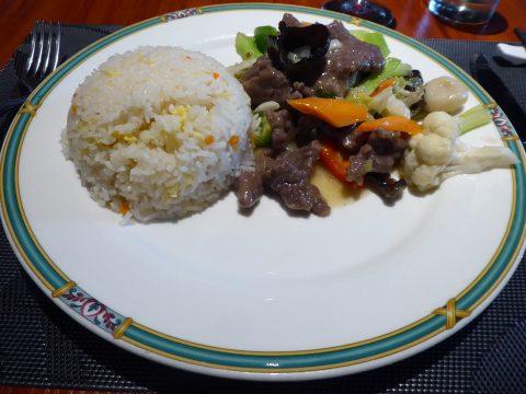 Boeuf sauté aux légumes, riz cantonais