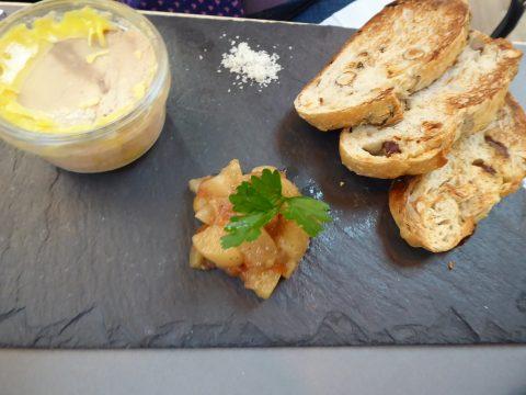 Verrine de foie gras de canard, chutney de poires, pain noisette