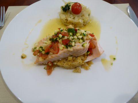 Saumon poêlé, sauce vierge, fenouil à l'orange, lentilles corail