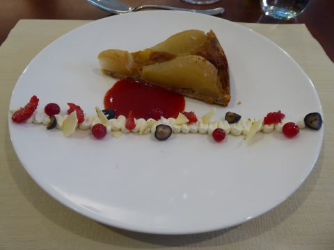 Tarte bourdaloue et son coulis de fruits rouges