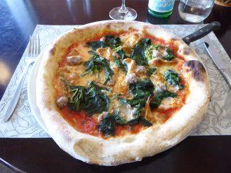 Pizza Gargano : tomate, fior di latte, caciocavallo, cime di rapa, saucisse douce