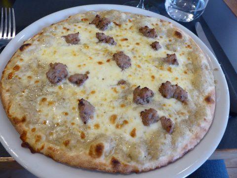 Pizza blanche, crème d'artichauts, mozzarella, saucisse piquante