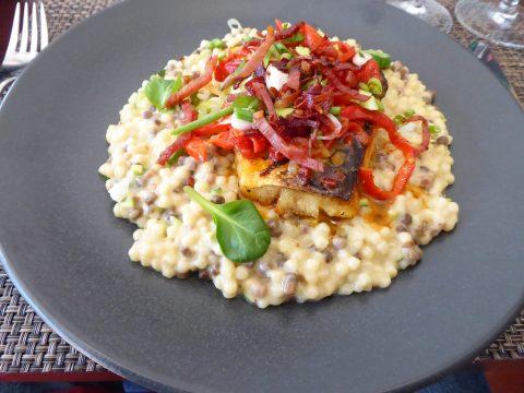 Merlu grillé, sauce aux piquillos et jambon cru, fregola sarda et courgettes en risotto