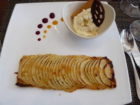 Tarte fine aux pommes maison et une boule de glace Mövenpick meringue double crème