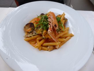Penne du corsaire : langoustines, palourdes, crevettes, vodka, sauce à la crème de tomate et roquette