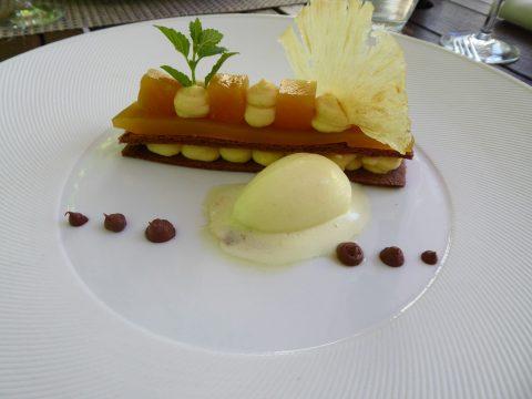 Mille-feuille chocolat et ananas rôti, sorbet à l'ananas frais