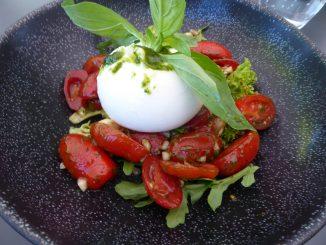 Salade aux tomates dattes, burrata, basilic