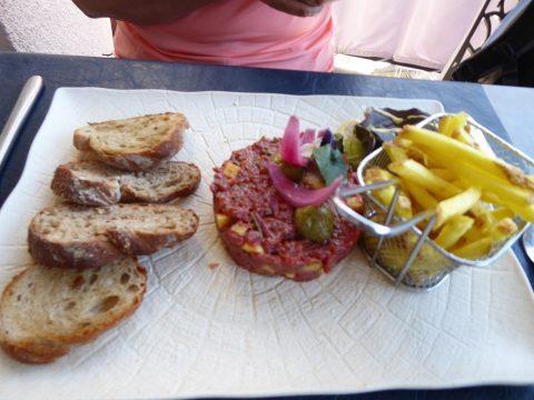 Tartare Summer Time agrémenté d'avocat, de mangue, d'oignons rouges