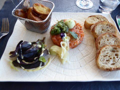 Tartare de saumon Swiss Alpine, gingembre, wasabi, sésame, soja et coriandre, pommes de terre grenaille