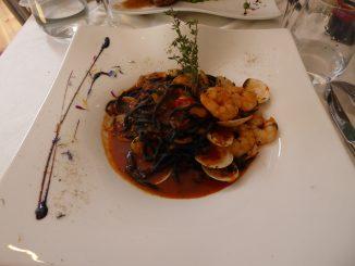 Tagliolini à l'encre de seiche, vongole, tomates cerise et courgettes