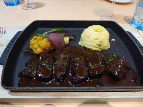 Joue de boeuf suisse au vin rouge mijotée pendant 3 heures servie avec notre purée de pommes de terre et légumes