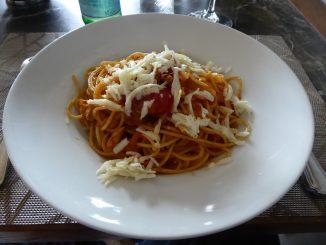 Spaghetti à l'Amatriciana : tomates, petits morceaux de viande de veau, oignons et pecorino