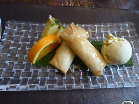 Rouleaux de banane croustillants au miel et crème glacée à la vanille