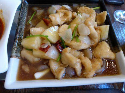 Restaurant Sukhothai, Valangin : Poulet sauté aux noix de cajou, oignons, ananas et piment séché