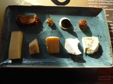 Sélection de fromages avec pain aux fruits et garnitures