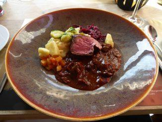 Duo de filet de boeuf irlandais Black Angus et de ragoût de sanglier, purée à la crème aigre, ciboulette, légumes d'automne