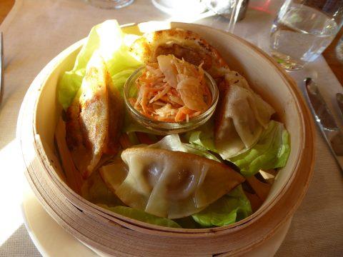 Gyoza au porc mangalitza de Gsteig / sauce au calamansi / salade asiatique de chou