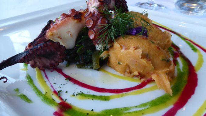 Polpo grigliato con purea di patateconpomodori secchi, rucola con salsa verde e alghe di mare