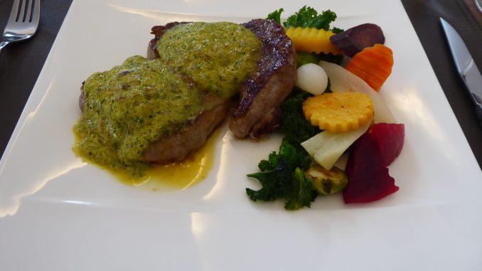 Parisienne de bœuf, sauce Café de Paris, pommes frites et légumes