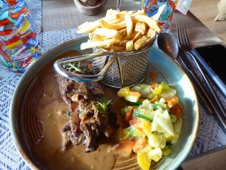 Entrecôte de boeuf rassis, sauce aux morilles, frites maison et légumes de saison