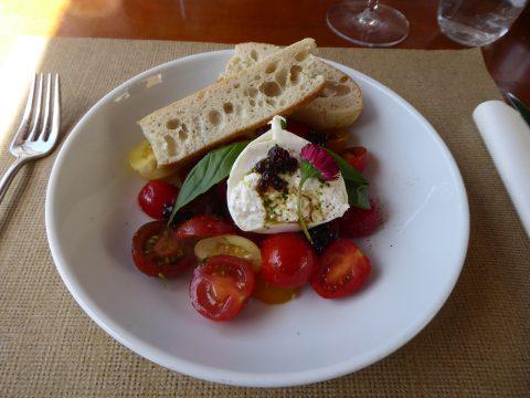 Variation de tomates, burrata, huile au basilic, perles de balsamique et focaccia maison