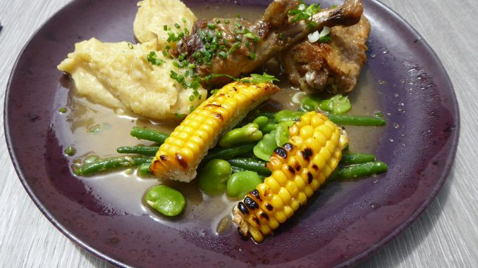 Sauté de pintade au chasselas, maïs grillé, purée de Roseval, haricots verts et fèves