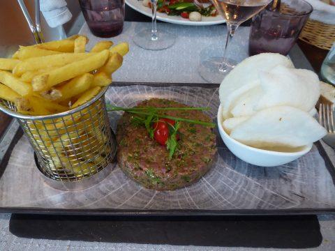 Tartare de boeuf à la façon thaï, chips de crevettes et frites du terroir