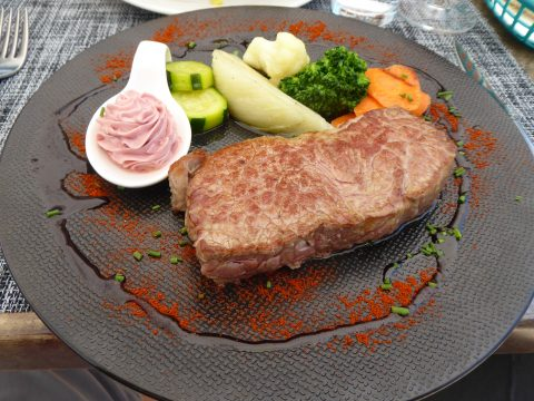 Entrecôte de boeuf, beurre aux herbes parfumé au Gamay, légumes et frites