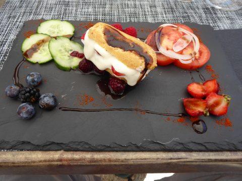 Éclair à la tomme chèvre bio, coulis de fruits rouges et réduction de balsamique