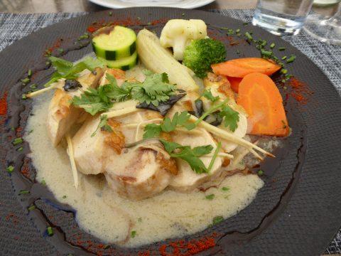 Suprême de poulet à crème de coco et curry vert thaï, légumes et frites