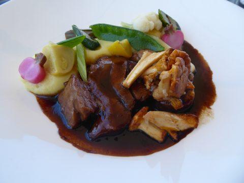 Rôti de veau aux chanterelles, purée, légumes