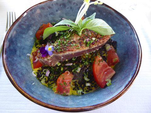 Restaurant Les Chasseurs – Savièse / Mayens de la Zour : Filet de thon rouge mi-cuit, riz noir, sauce au safran